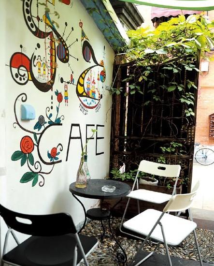 厨房外墙上的涂鸦便是咖啡馆一个美院在读兼职生的作品,店里还有两只